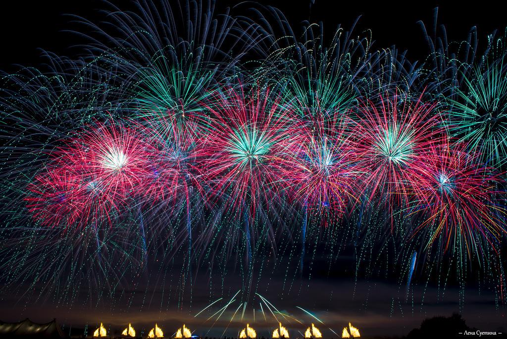 Более 10 000 человек посетило фестиваль фейерверков 'Звездопад'